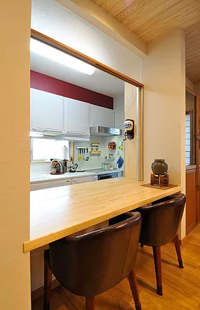 開閉式の間仕切りがあるキッチンの対面カウンター