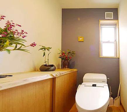 無垢のカウンターがある広々トイレ