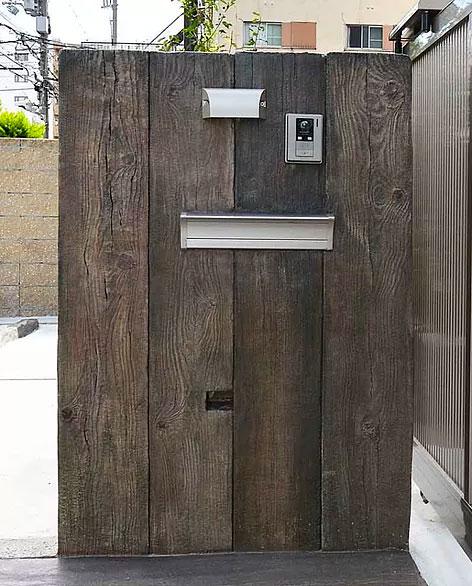 モルタル造形でつくった古木の門柱