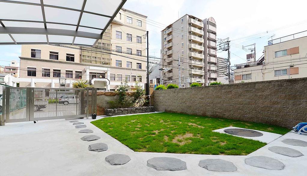 モルタル造形でつくった飛び石のあるガレージと庭