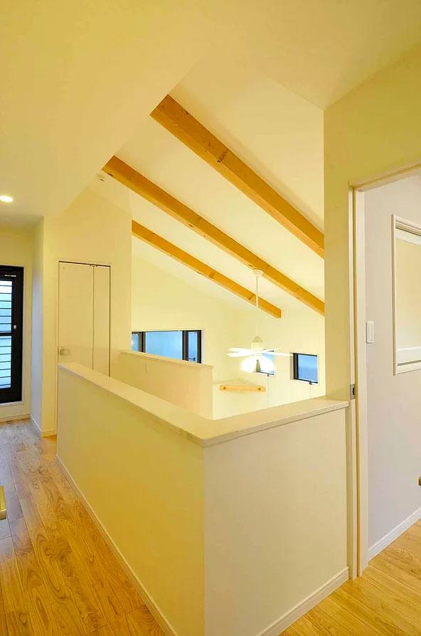 登り梁の勾配天井と吹き抜けの廊下