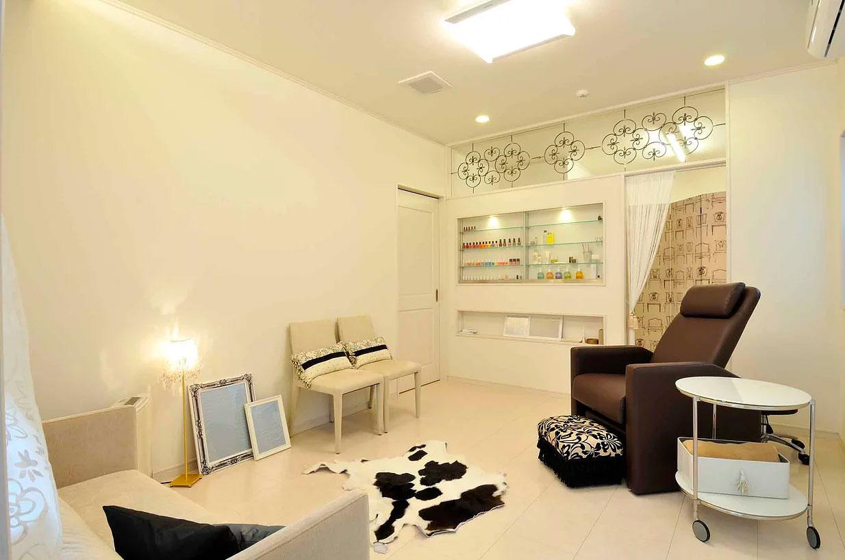 サロン併設住宅のサロン部分は白でまとめたラグジュアリーな空間