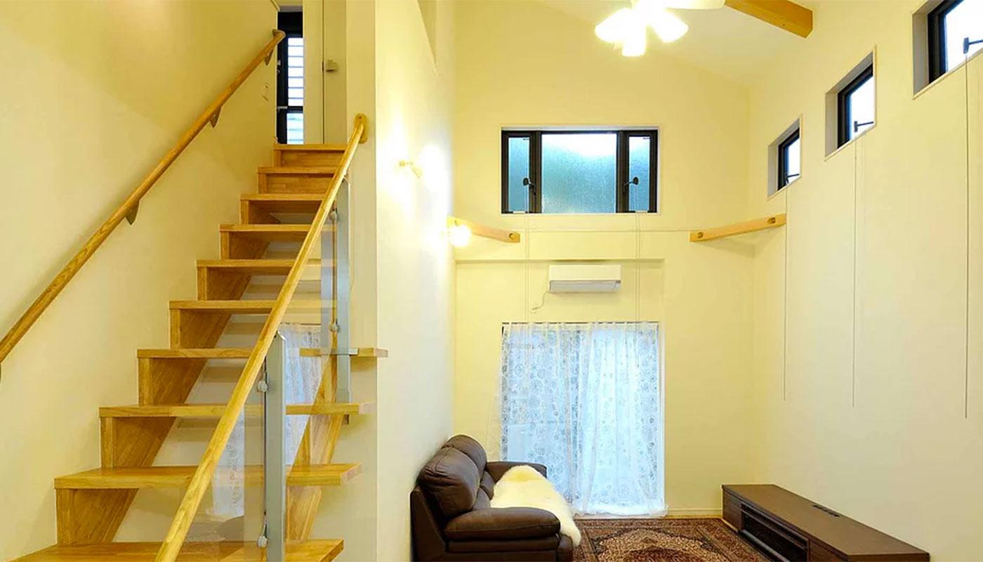 リビングアクセスのストリップ階段と吹き抜けのリビング
