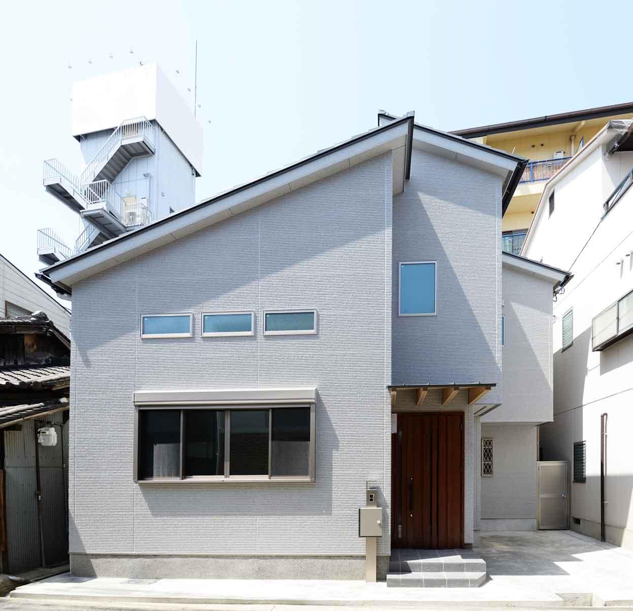 片流れの屋根の組み合わせが特徴的な外観