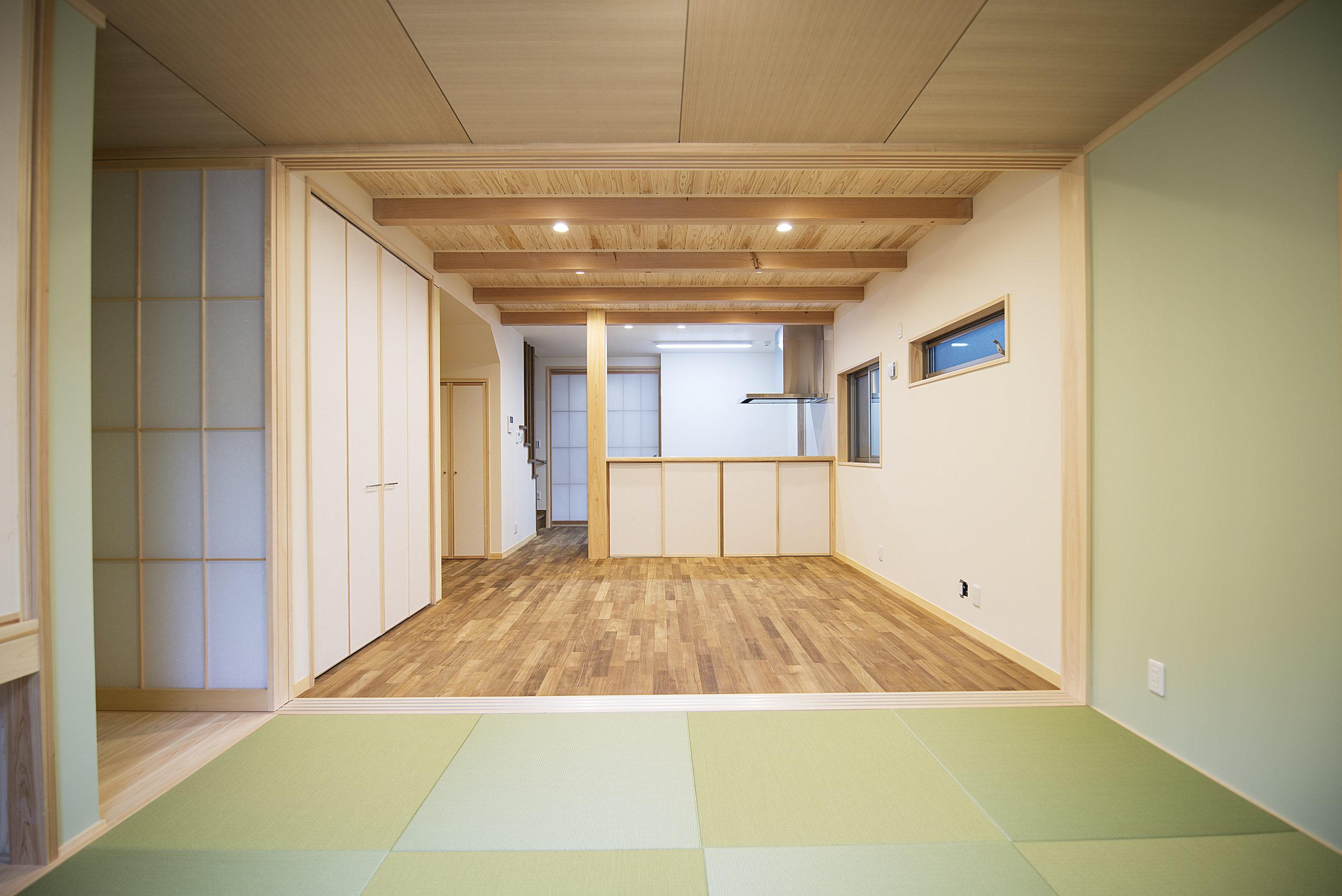 完全に収納できる建具で仕切った和室のリビングとダイニング